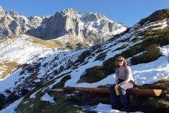 Hiker отдыхая на стенде Стоковые Изображения RF