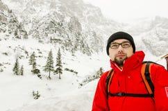Hiker отдыхая около кабины Стоковые Фото