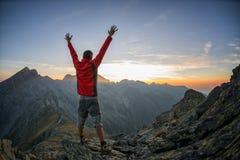 Hiker празднуя успех в заходе солнца стоковые изображения rf