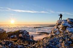 Hiker празднуя успех Стоковые Фотографии RF