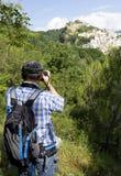 Hiker принимает фото стоковые фотографии rf