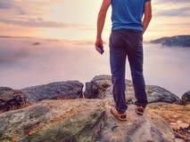Hiker принимает фото selfie, приключение природы падения Человек сидит на камне стоковое изображение