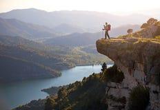Hiker при младенец ослабляя на скале Стоковые Фотографии RF