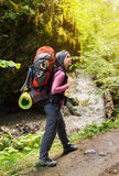 Hiker при рюкзак идя к горе Стоковое фото RF