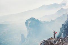 Hiker путешественника на скале путешествуя с рюкзаком Стоковое Фото