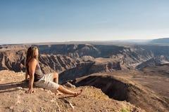 Hiker смотрит каньон реки рыб стоковая фотография rf