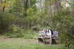 hiker смотря карту Стоковое Изображение RF