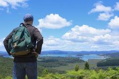 Hiker смотря красивые виды на океан Стоковые Изображения RF