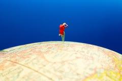 Hiker стоя на глобусе Стоковое Фото
