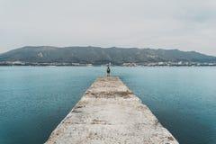 Hiker стоя на пристани Стоковые Изображения RF