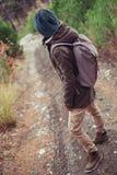 Hiker стоя на пути Стоковые Фото