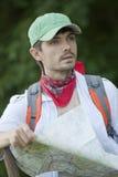 Hiker с картой Стоковые Изображения