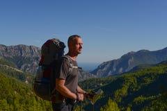 Hiker с картой Стоковое Фото