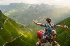 Hiker с рюкзаком в горах наслаждаясь взглядом на горах стоковое изображение rf