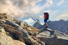 Hiker с рюкзаком в горах стоковые изображения