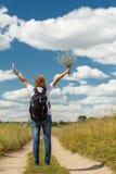 Hiker с рюкзаком идя на сельскую дорогу Стоковое Фото