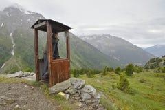 Hiker с сотовым телефоном Стоковая Фотография