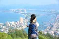 Hiker/фотограф женщины напольный Стоковая Фотография RF