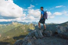 Hiker человека na górze горы Стоковые Фотографии RF