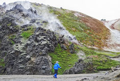 Hiker человека идя в ландшафт горы Стоковая Фотография