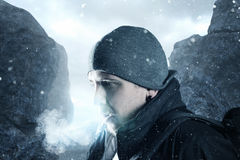 Hiker дышает вне перед ландшафтом горы стоковая фотография