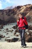 hiker девушки hiking женщина горы Стоковое Изображение RF