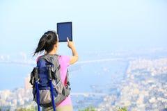 Hiker женщины принимая фото Стоковая Фотография RF