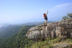 Hiker женщины принимая фото с мобильным телефоном Стоковая Фотография