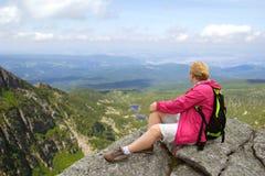 Hiker на утесе Стоковая Фотография RF
