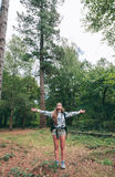 Женщина Hiker при рюкзак поднимая ее оружия Стоковое Фото