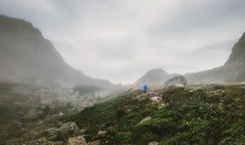 Одна прогулка фотографа hiker в туманных горах стоковое изображение rf