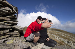 Hiker couple taking pictures Royalty Free Stock Photography