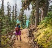 Hiker на среднем озере Joffre Стоковое Фото
