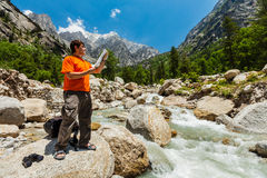 Hiker with map Royalty Free Stock Images