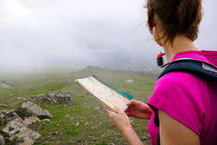 A hiker reading a map Royalty Free Stock Photography