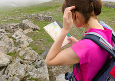 A hiker reading a map Royalty Free Stock Images
