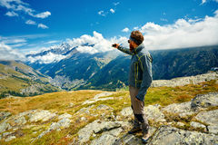 Hiker at the top of a pass Royalty Free Stock Photos