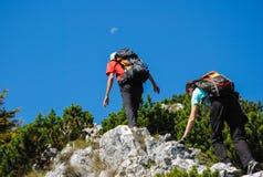 2 hikers взбираясь к луне Стоковое Изображение