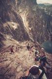 Hikers взбираясь на горе Стоковые Фото