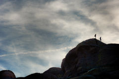 Hikers взбираясь на горных породах на Vasquez трясут естественный парк зоны Стоковое Фото