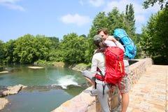 Hikers восхищая реку и природу Стоковые Фотографии RF