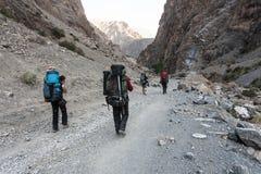 Hikers в высоких горах Стоковые Изображения RF