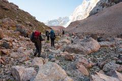 Hikers в высоких горах Стоковое фото RF
