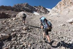 Hikers в высоких горах Стоковое Изображение RF