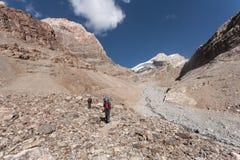 Hikers в высоких горах Стоковое Фото