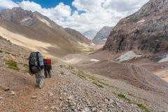 Hikers в высоких горах Стоковое Изображение