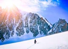 Hikers в горах зимы Стоковые Изображения