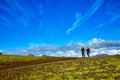 Hikers в горах, Исландия Стоковое Изображение
