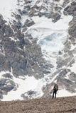 Hikers в горах Кавказа Стоковое Изображение