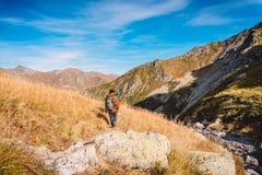 Hikers в горах Туристы спускают от горы Стоковые Фотографии RF